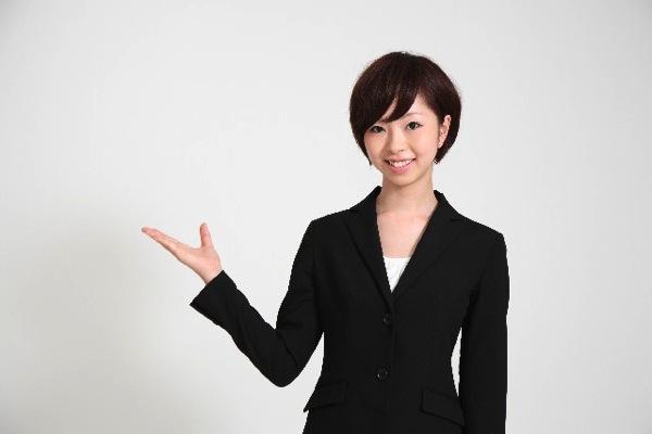 保険を紹介する女性